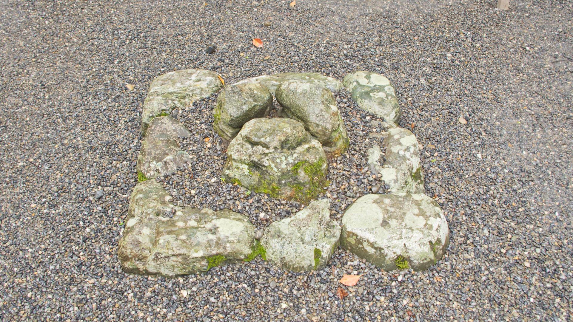 正宮前の謎の石台